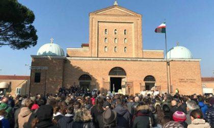 Nonostante i divieti una folla si raduna a Padova per i funerali di Anna