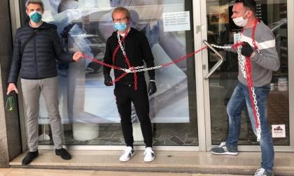 Parrucchieri si incatenano in negozio: la plateale protesta contro il Governo VIDEO