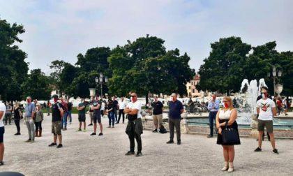 Padova: le mascherine tricolori di nuovo in Prato della Valle contro il governo