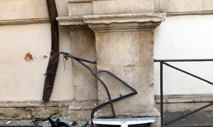 Notte folle a Padova: malvivente ruba un furgone e si schianta contro il palazzo Monte di Pietà