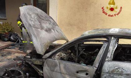 Automobile a fuoco nel cortile di un condominio a San Giorgio delle Pertiche