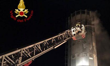 Notte infuocata a Medaglino San Vitale: va a fuoco un silos