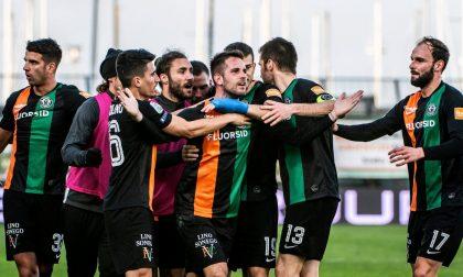 Il calciatore è positivo al Covid: la squadra va in isolamento fiduciario ma non si sa se il campionato si fermerà