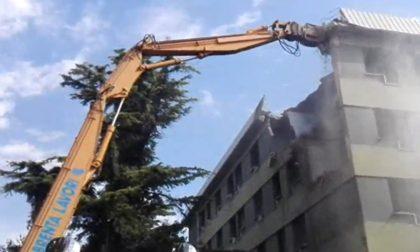 Iniziata la demolizione dell'ultima palazzina di via Anelli, simbolo per molti anni del degrado in città