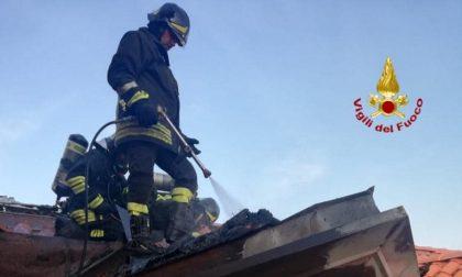 Incendio in un appartamento mansardato, coinvolto metà tetto