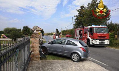 Ha un malore mentre è alla guida, 72enne si schianta contro una colonnina del gas e muore