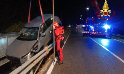 Perde il controllo dell'auto e finisce in una canaletta piena d'acqua, conducente soccorso – Gallery
