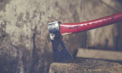 Attimi di paura a Monselice: uomo armato d'ascia insegue dei ragazzi