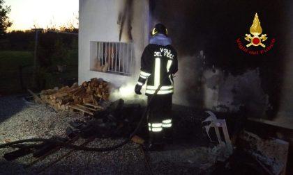 Incendio ad Albignasego: in fiamme una catasta di legno che ha rischiato di bruciare tutta la casa