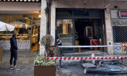 Incendiati i plateatici di due bar del centro storico di Padova: si cercano i responsabili