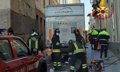 Paura a Padova: anziana investita da un camion durante una manovra