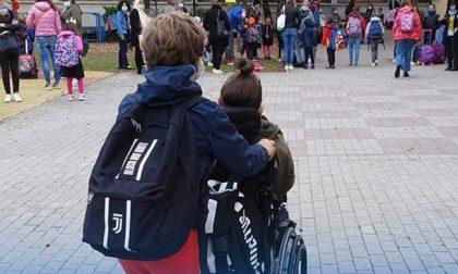Ogni giorno gli amici spingono la carrozzina di Luca per accompagnarlo a scuola