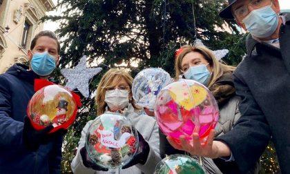 L'albero di Natale di fronte a Palazzo Moroni è stato decorato dai bambini della Pediatria