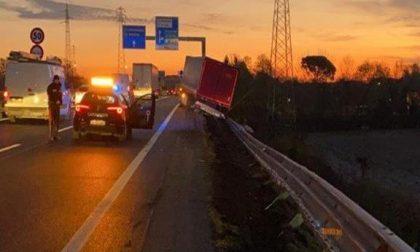 Camion sbanda e abbatte 60 metri di guard rail: illeso 54enne padovano alla guida