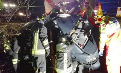 Grave incidente in auto, donna incastrata tra le lamiere della vettura
