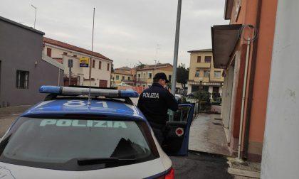 Alla vista dei poliziotti il pusher si dà alla fuga ma quando viene preso ferisce un agente