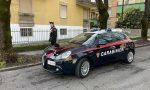 Scappa alla vista dei Carabinieri ma rimane incastrato con un piede in una recinzione