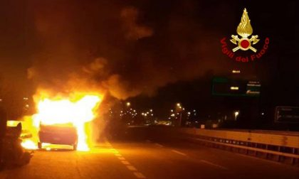 Furgone divorato dalle fiamme lungo la tangenziale Padova Limena FOTO
