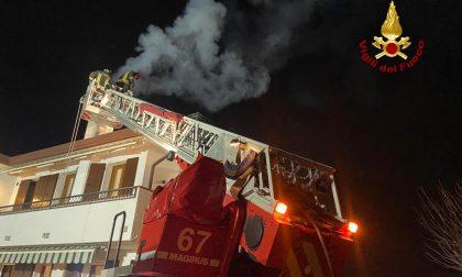 Le foto dell'incendio di una canna fumaria a Casalserugo: i pompieri scongiurano il peggio