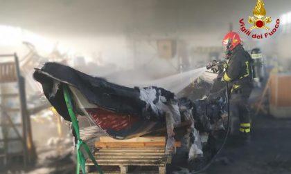 Le foto dell'incendio a Pontelongo nello stabile adibito a ricovero attrezzi