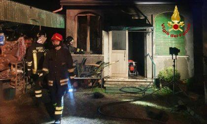 Incendio nella notte in un'abitazione a Teolo: proprietario si scotta una mano