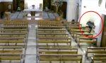 Il video dell'uomo che si è impossessato dell'offertorio della chiesa a Padova