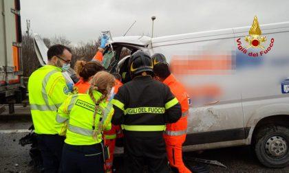 Incidente sulla SR 308: furgone tampona un autoarticolato, ferita una donna