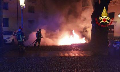 Fiamme nella notte a Padova: bruciati 20 cassonetti della raccolta differenziata