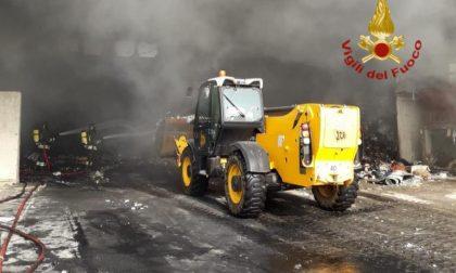 Le foto dell'incendio dei rifiuti all'ecocentro di Tombolo