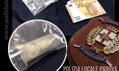 Pusher scoperto mentre cede la cocaina a un uomo nel rione Cave