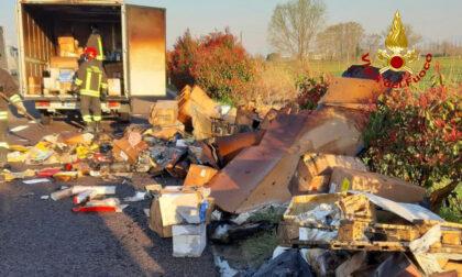 Furgone carico di ricambi prende fuoco lungo l'autostrada