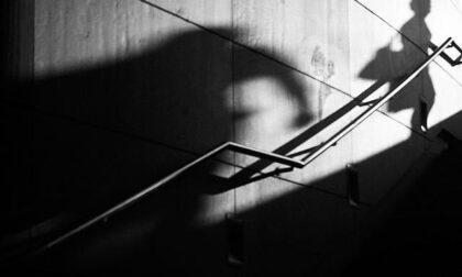 Relazione finita da anni, ma lui continua a perseguitare la ex: divieto di avvicinamento per lo stalker