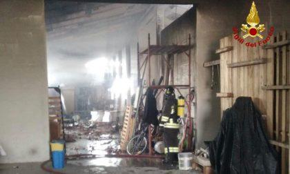 Deposito edile in fiamme a Pernumia: incendio domato dai Vigili del fuoco