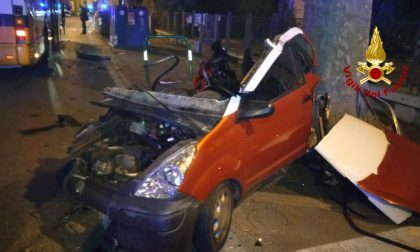 Le impressionanti foto della minicar disintegrata dopo lo scontro con l'autobus