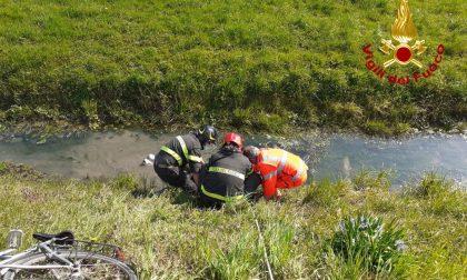 Cade nella canaletta di scolo e sprofonda nella melma: donna soccorsa a Montagnana