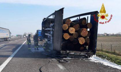 Le foto del tir carico di legna andato a fuoco tra Grisignano e Padova Ovest