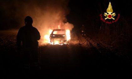 Le foto dell'auto abbandonata nei campi divorata dalle fiamme