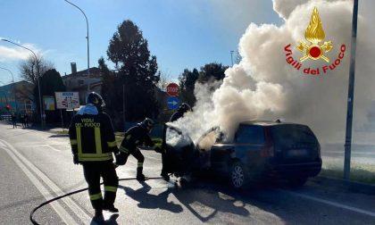 """Le foto dell'auto """"affumicata"""" a Rubano: miracolato il conducente"""