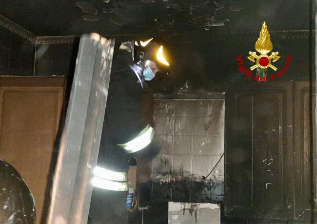 Pentola di olio si surriscalda e in cucina scoppia l'incendio