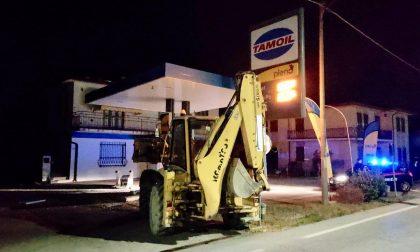 La banda della ruspa colpisce ancora: devastata l'area di servizio Tamoil a Villa Estense