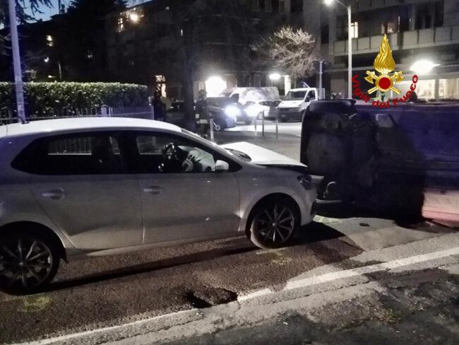 Auto rovesciata su un fianco dopo l'incidente: un ferito al Pronto soccorso