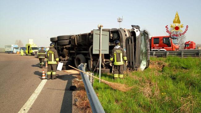 Padova ovest, le foto del camion in avaria rovesciato sulla bretella d'accesso dell'autostrada