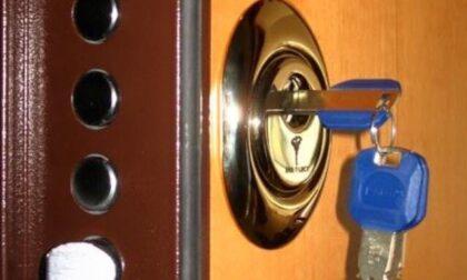 Abbattono la porta a colpi di mazza per rubare, ma il furto in pieno giorno fallisce: arrestati