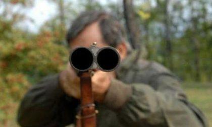 Paura a Piazzola, si aggira nei pressi del cimitero con in braccio il fucile: denunciato