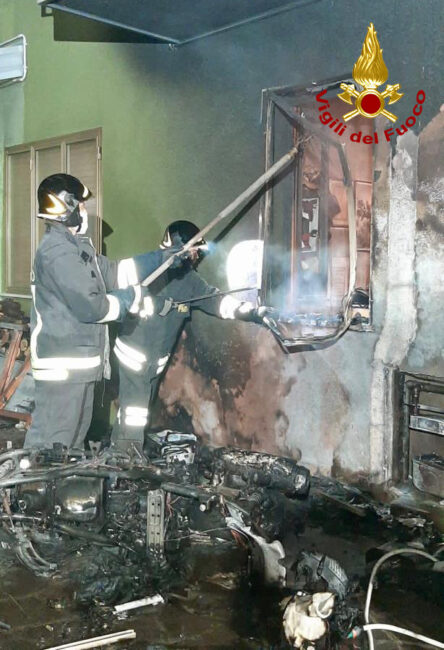Notte di paura a Saonara per l'incendio partito da un braciere: una persona ustionata