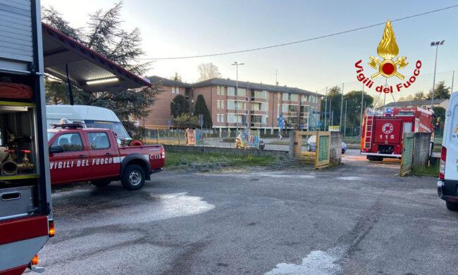 Principio d'incendio all'ex scuola elementare, coperte e cartoni dei senzatetto in fiamme