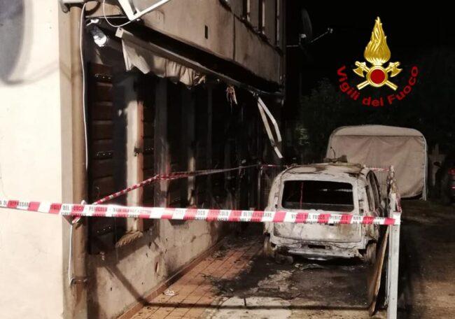 Brucia la Panda in strada, danni anche all'appartamento: una famiglia evacuata