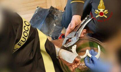 """Si """"arresta"""" da solo con le manette giocattolo: bimbo di 8 anni liberato dai Vigili del fuoco"""