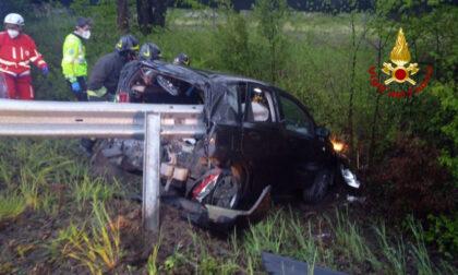Grave incidente in tangenziale, le foto dell'auto disintegrata nell'impatto col guardrail: 25enne lotta per la vita