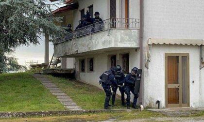 Barricato in casa con la madre malata, video e foto del blitz dei Carabinieri